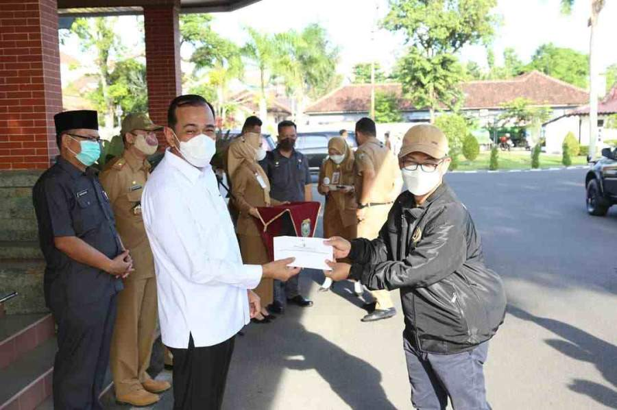 Plh Bupati OKU Melepas Kontingen PWI OKU Ke Kabupaten Banyuasin Dalam Rangka HUT PWI Ke-75/HPN 2021
