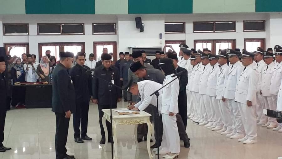 Bupati Tangerang Ahmed Zaki Iskandar menyaksikan penandatangani Surat Keputusan Pelantikan Kepala desa.