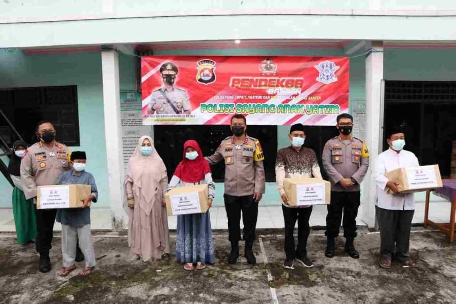 Foto : Kunjungi Yayasan Nurul Islam, Kapolda Banten Jalankan Program Polisi Sayang Anak Yatim