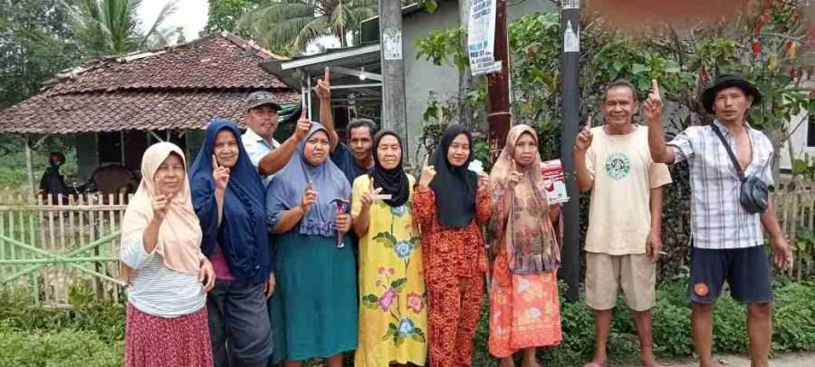 Peduli Lingkungan Warga Desa Pangkat, Ahmad Judin Pasang 25 Lampu Penerangan Jalan Umum (PJU)