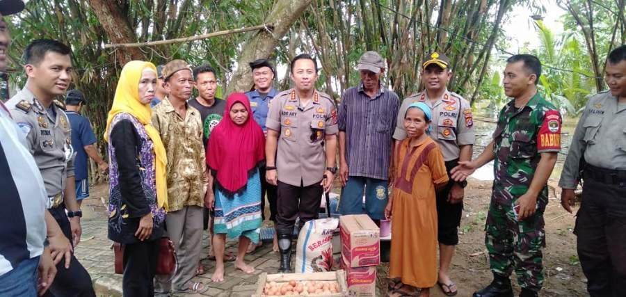 Camat Tigaraksa, Hj.Rahyuni, bersama Kapolsek Tigaraksa, mengunjungi lokasi banjir dan menyerahkan bantuan.