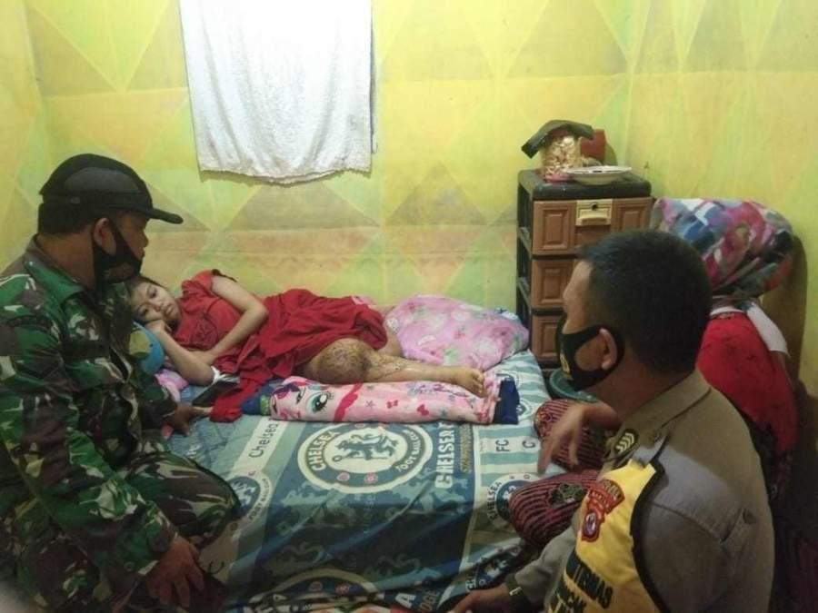 Sinergitas Bhabinkamtibmas Dan Babinsa Desa Mancak Bantu Warga Yang Mengalami Sakit