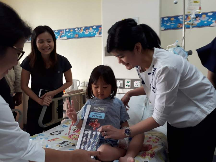 Peringati HAN, Pasien Anak di Siloam Hospitals Karawaci Diberi Hadiah