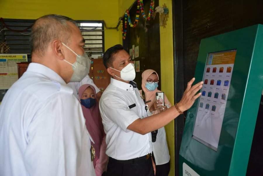 Bupati Zaki Tinjau Dashboard Pendidikan Kios Pintar Digital Di Teluknaga