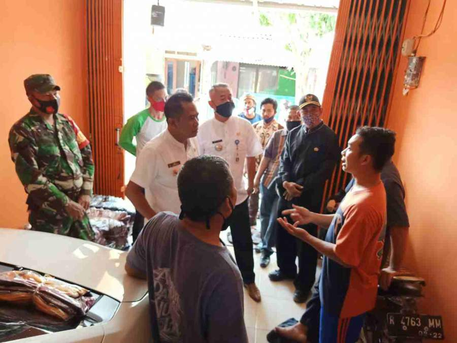 Foto : Kades Cikuya Dan Camat Solear, Tegaskan Pembuatan SKU Tidak Di Pungut Biaya (Gratis).